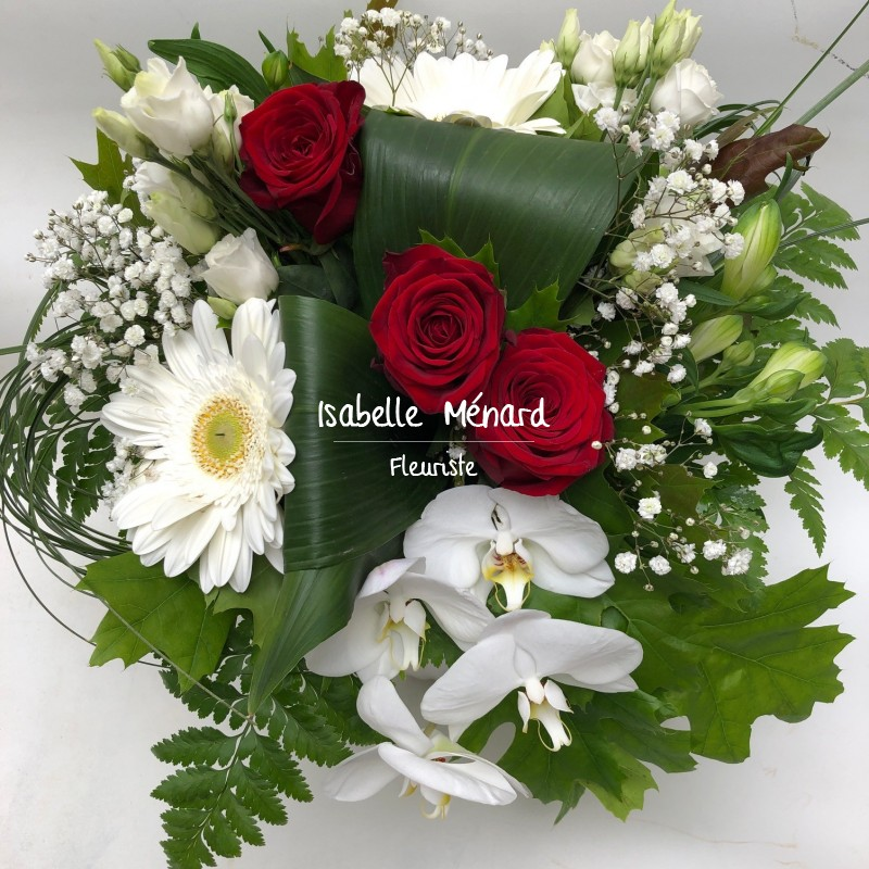 bouquet rond blanc et ses roses rouges