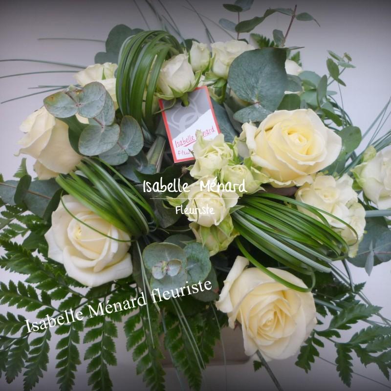 bouquet rond de roses blanches et son feuillage